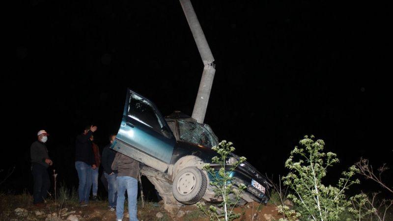 Kütahya'da otomobil aydınlatma direğine çarptı: 1 ölü, 1 yaralı
