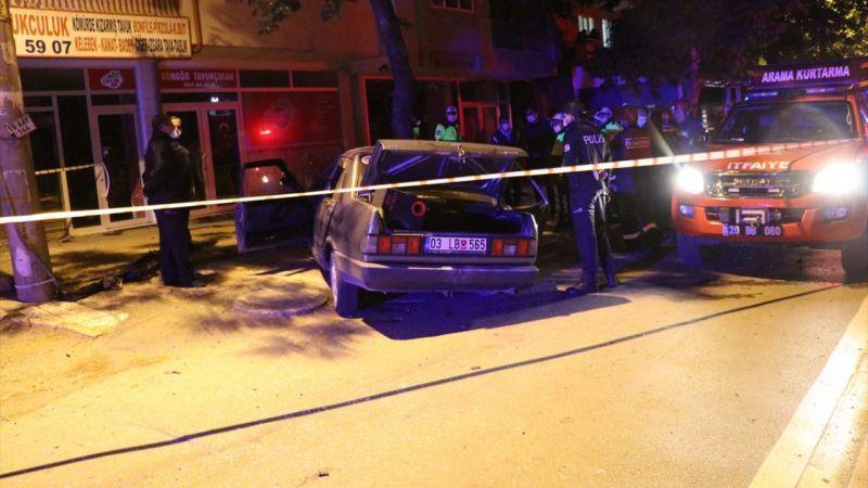 Denizli'de ağaca çarpan otomobildeki 1 kişi öldü, 2 kişi yaralandı