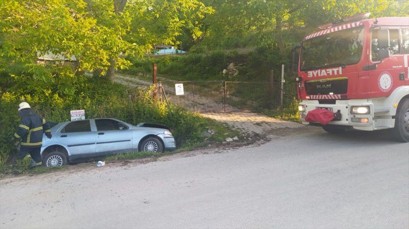 Kütahya'da devrilen otomobildeki 2 kişi yaralandı