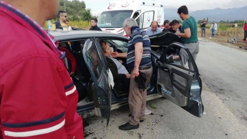 İzmir'de otomobille kamyonetin çarpışması sonucu 5 kişi yaralandı