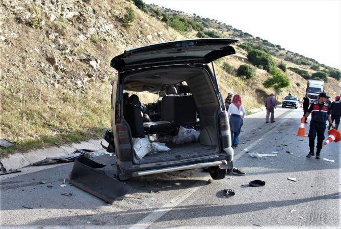 Manisa'da kamyona çarpan minibüsteki 4 kişi yaralandı