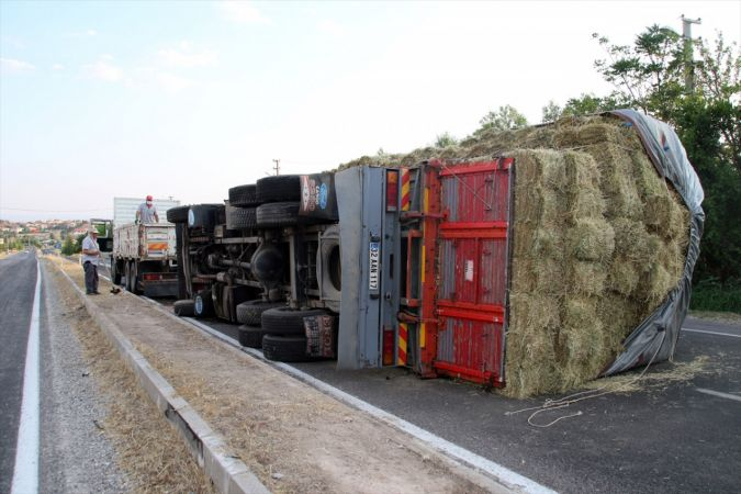Uşak'ta freni boşalan saman yüklü kamyon devrildi