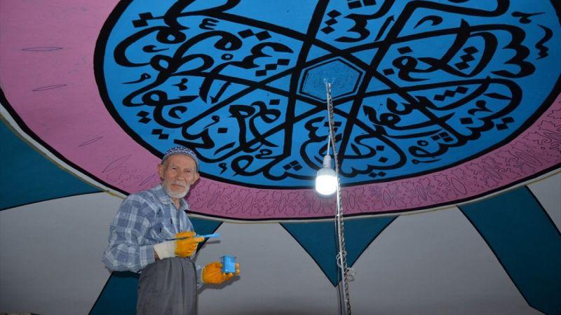 75 yaşındaki nakkaş 6 asırlık tarihi caminin duvar süslemelerini işliyor
