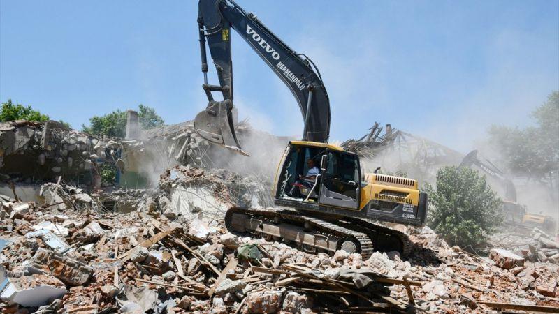 Manisa'da depreme dayanıksız okul binaları yıkılıyor