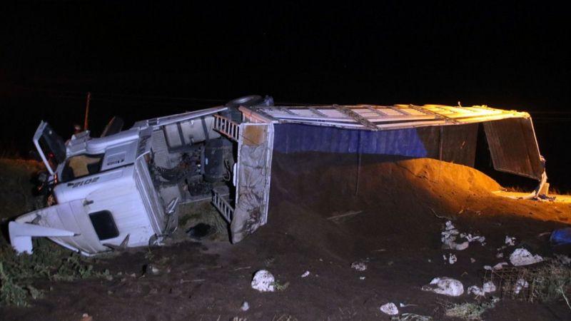 Uşak'ta karşı şeride geçerek tarlaya devrilen tırın sürücüsü yaralandı