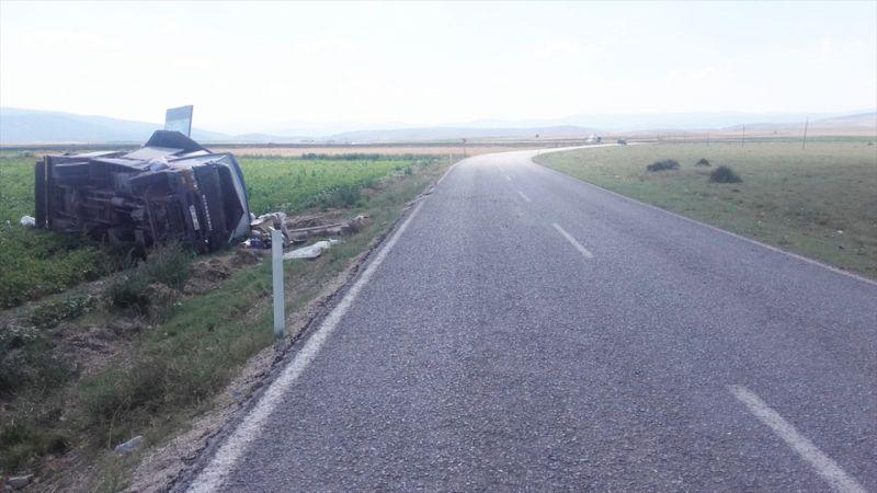 Afyonkarahisar'da devrilen kamyonetteki 3 kişi yaralandı