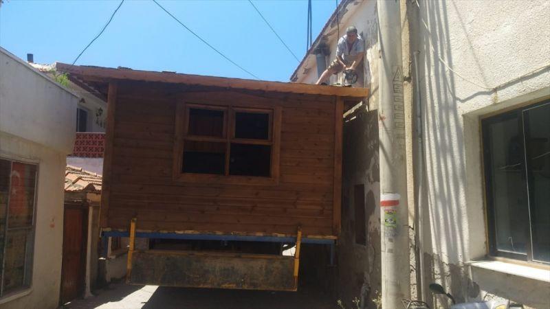 İzmir'de kamyonla taşınan prefabrik evin sokaktan geçebilmesi için çatısı kesildi