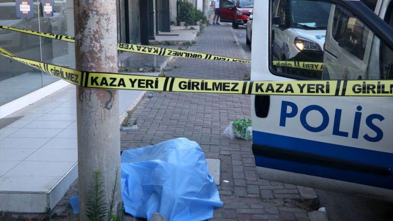 İzmir'de başını kaldırıma çarpan kişi öldü