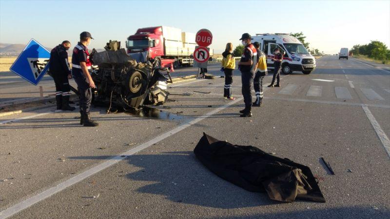 Afyonkarahisar'da otobüs ile otomobil çarpıştı: 1 ölü