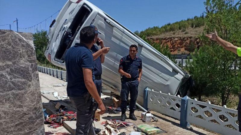 Afyonkarahisar'da kamyonet devrildi: 1 yaralı