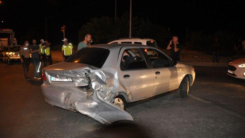 """Aydın'da """"dur"""" ihtarına uymayan ehliyetsiz sürücü aracıyla 2 otomobile çarptı"""