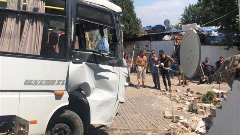 Aydın'da freni patlayan minibüs evin duvarına çarparak durabildi: 3 yaralı