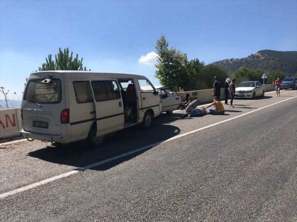 İzmir'de panelvan ile otomobil çarpıştı: 4 yaralı