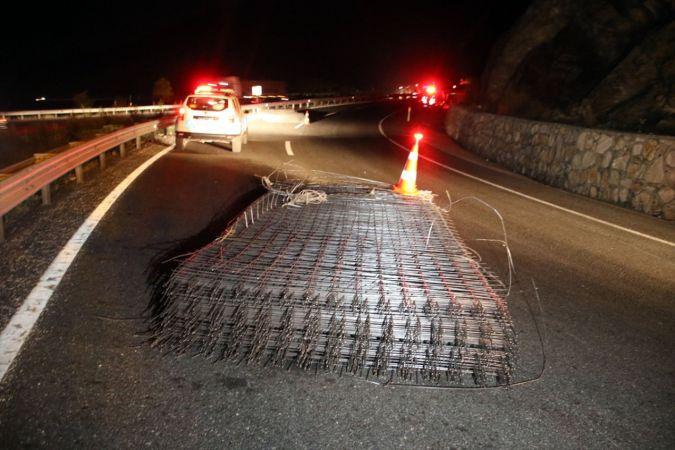 Uşak'ta tırdan düşen inşaat demirlerine çarpan otomobildeki 3 kişi yaralandı
