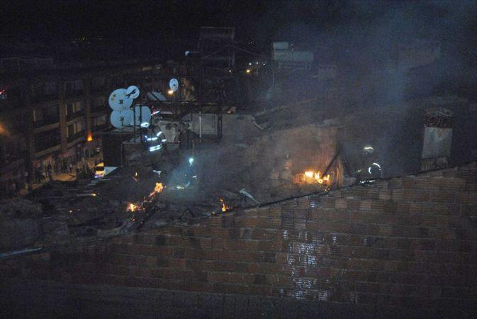İzmir'de çatısında yangın çıkan binada hasar oluştu
