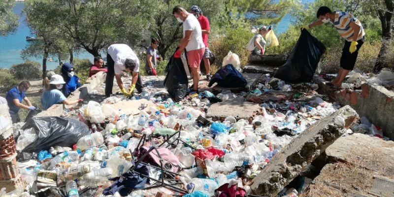Fethiye'de çevre gönüllüleri bir koyda 4 saatte 2 ton çöp topladı