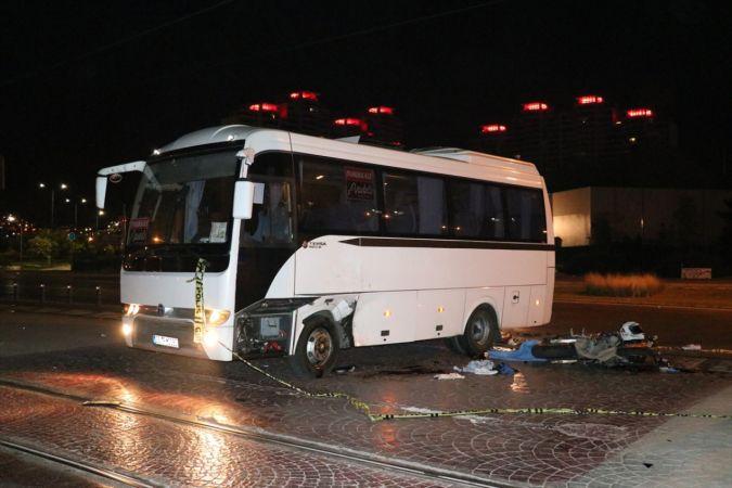 İzmir'de minibüse çarpan motosikletin sürücüsü öldü