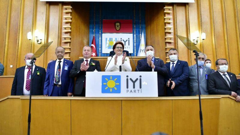 İYİ Parti'ye sürpriz katılım! Rozetini Meral Akşener taktı