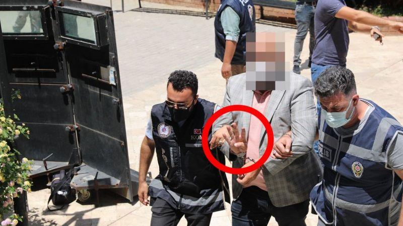 CHP'li Didim Belediye Başkanını darp eden şahıslar adliye girişinde rabia işareti yaptı