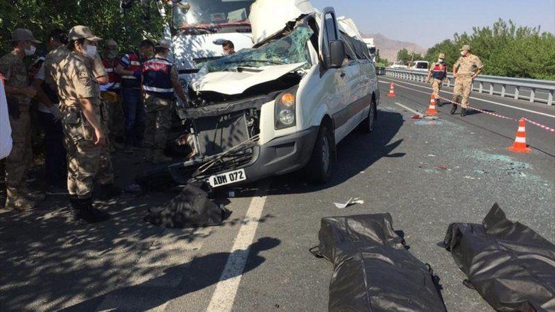 Düğün minibüsü park halindeki kamyona çarptı: 3 ölü, 12 yaralı