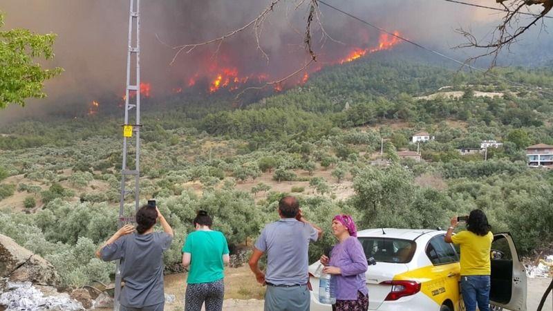 Aydın'da yangın devam ediyor.. 'İki Bakan geldi, yangın uçakları hala gelmedi'