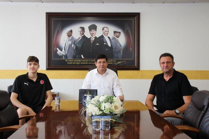 Başkan Özcan, Türkiye Basketbol Milli Takımı'na seçilen Ersöz'ü ağırladı