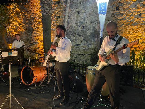 Kuşadası'nın turistik çarşıları konserlerle şenleniyor