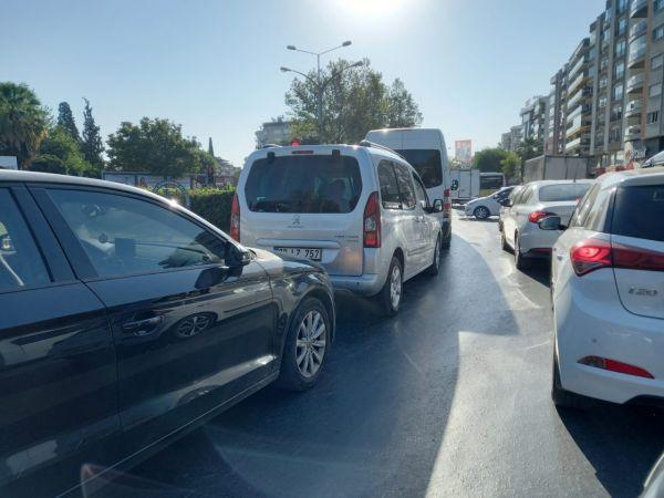 Okullar açıldı, trafik kilitlendi