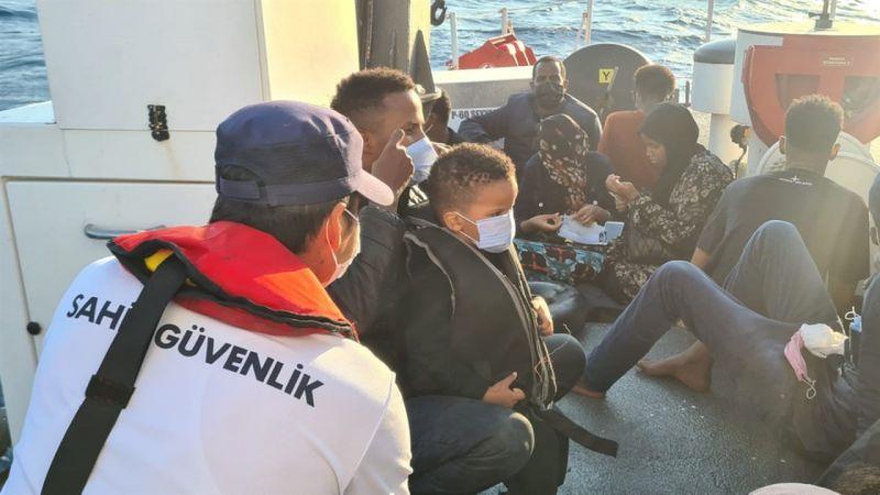 Lastik botları sürüklenen 30 göçmen kurtarıldı