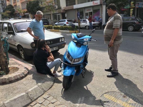 Aydın'da kaza yapan motosiklet sürücüsü genç kız, motoruna ağladı
