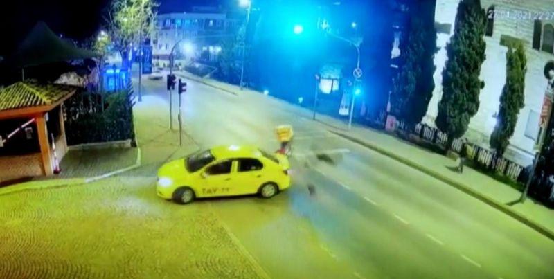 (Özel) Taksiye çarpan motosikletli havada takla attı, o anlar kamerada