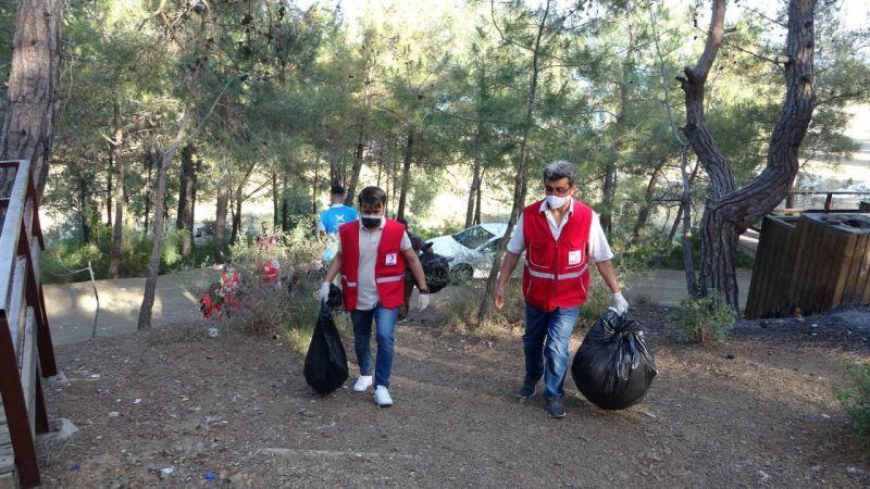Kozan'da gençler 10 poşet atık topladı