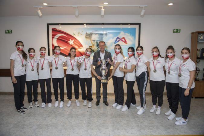 1. Lige yükselen GSK Kadın Hentbol Takımı, sevincini Başkan Seçer ile paylaştı