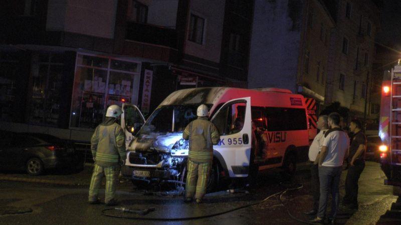 Sancaktepe'de park halinde bulunan servis minibüsün alev alev yandı