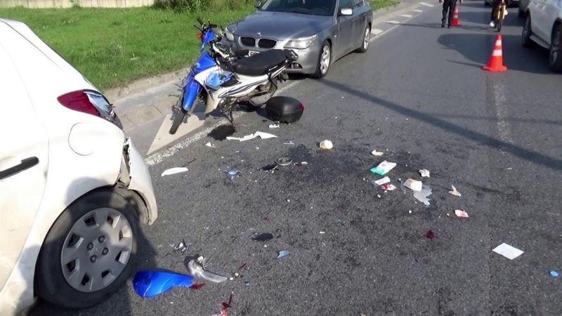 (Özel) Park halindeki otomobile çarpan kurye yaralandı