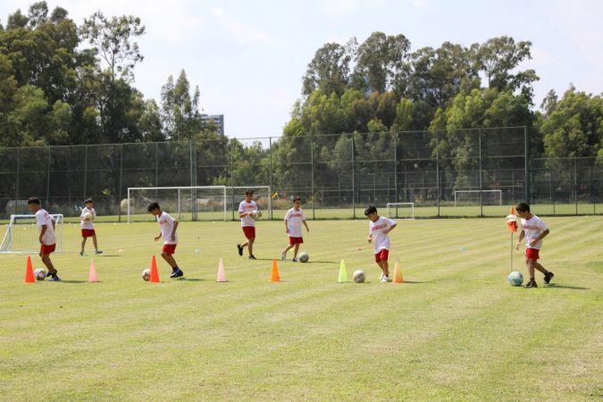 Çocuklar futbolu eğlenerek öğreniyor