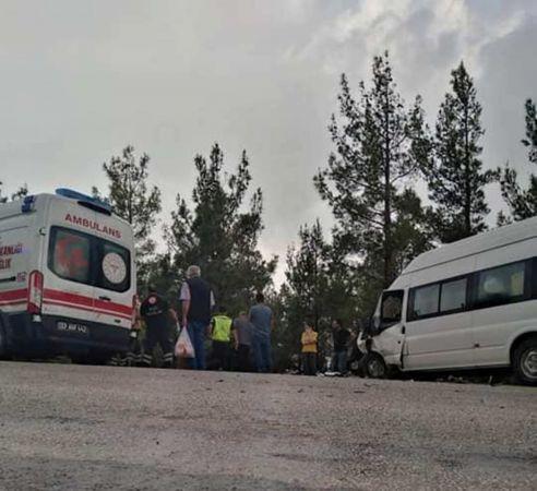 Mersin'de servis aracı ile otomobil çarpıştı: 8 yaralı