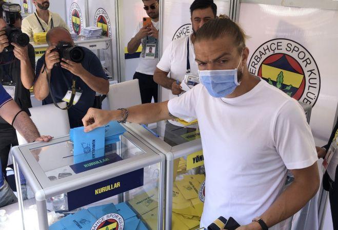 Fenerbahçeli futbolcu Caner Erkin, seçimde oy kullandı