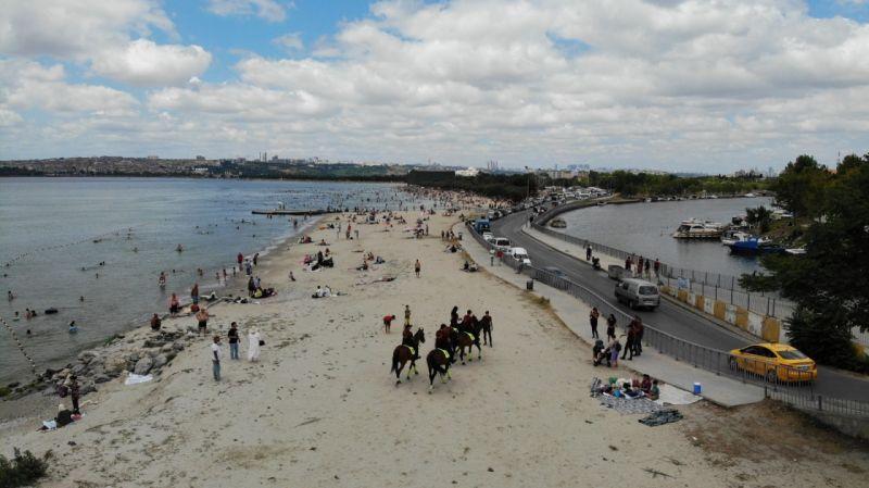 Küçükçekmece'de atlı polislerden Menekşe Plajı'nda bayram denetimi