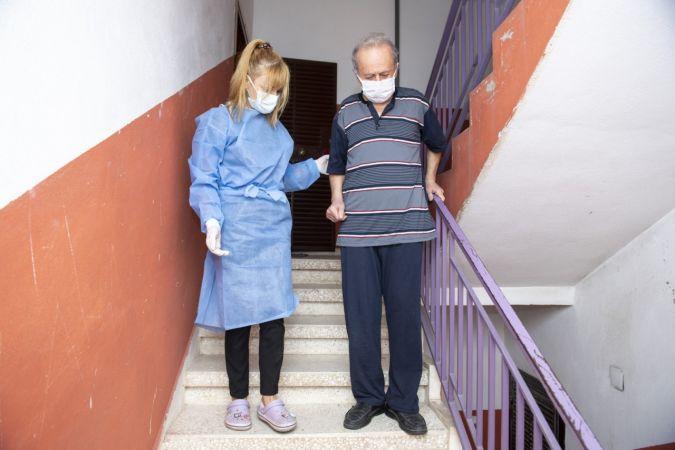 Felçli hasta, evde bakım hizmetiyle yeniden yürümeye başladı