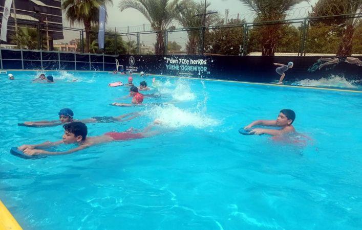 Akdenizli çocuklar hem yüzme öğreniyor hem havuz keyfi yaşıyor