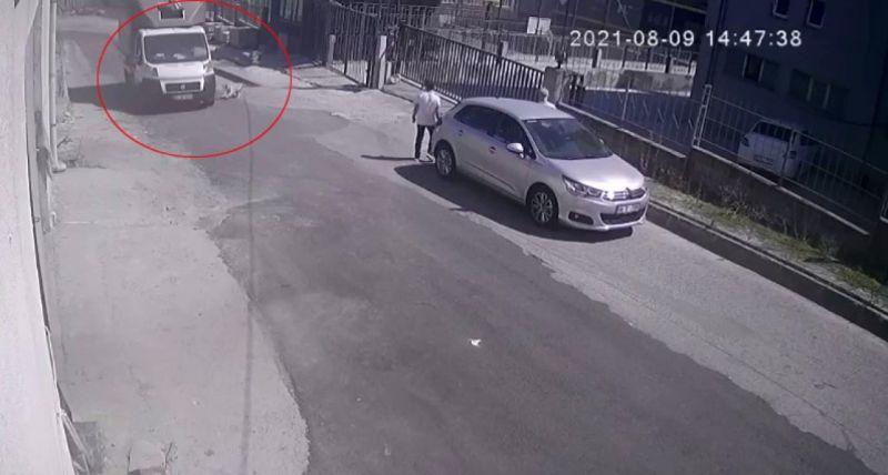 (Özel) Esenyurt'ta hızla gelen kamyonet köpeğe çarptı