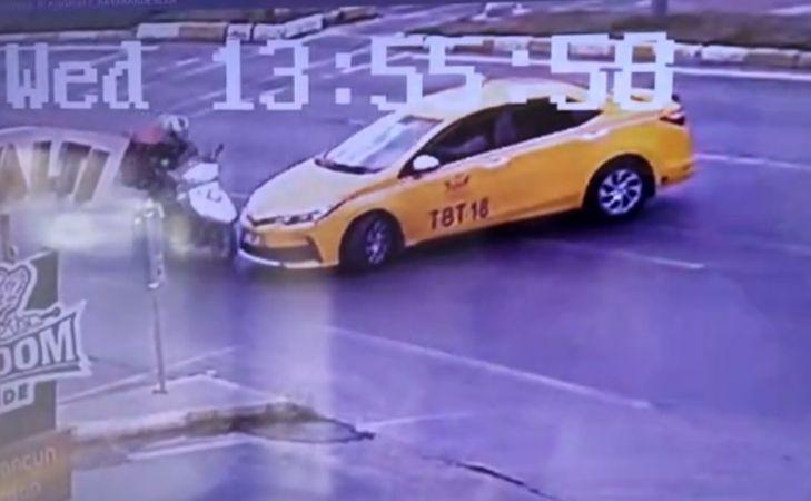 (ÖZEL) Kırmızı ışıkta geçen ticari taksi, motosikletliye çarpıştı: 1 yaralı
