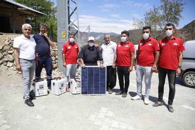 Başkan Karalar'dan Yangından etkilenen afetzedelere güneş paneli sistemi dağıtıldı