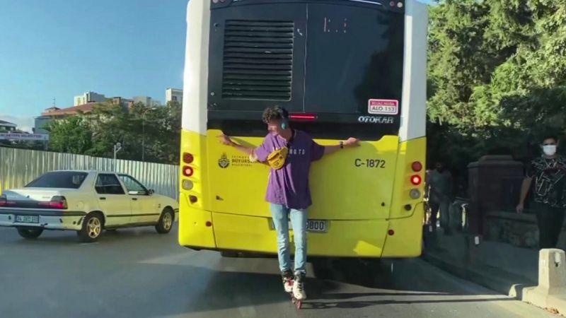 (Özel) Sancaktepe'de patenle dans eden gencin tehlikeli yolculuğu kamerada