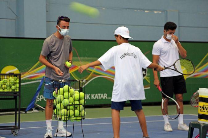 Ataşehirli çocuklar ilk kez tenis sporuyla tanıştı