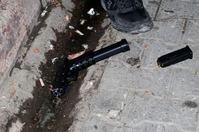 Elinde tabancayla saldırıya gitti, silahla vurularak ağır yaralandı