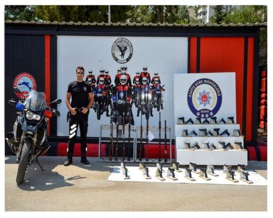 Adana'da polisin yaptığı şok uygulamalarda 74 ruhsatsız silah ele geçirildi.