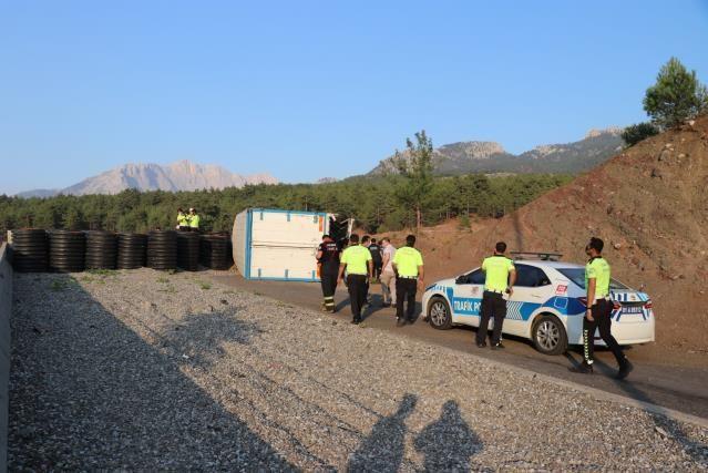 Kaçış rampası sonundaki beton bariyere çarpan kamyondaki 4 kişi öldü