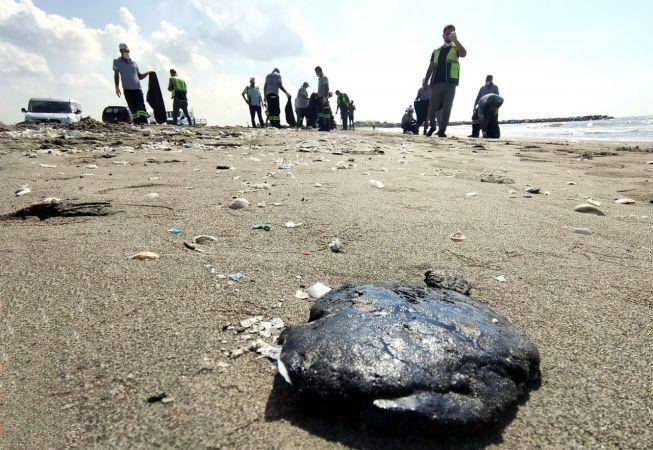 Mersin sahiline vuran petrol atıkları temizlendi